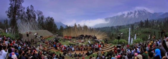 Jazz Gunung Bromo is held at an open stage